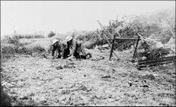 Ένας τραυματίας του στρατού της Νέας Γης μεταφέρεται στο Beaumont Hamel.
