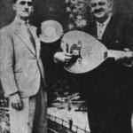 Ο Δ. Ατραϊδης με τον Αγ.Τομπούλη. Στα χέρια του κρατάει ένα δίσκο (δεξιά).