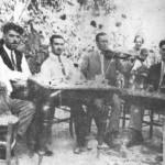 Ο Δ. Ατραίδης με το σαντούρι σε γλέντι σε κάποιο χωριό.