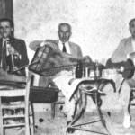 Μήτσος Λαδόπουλος ή Μαγνήσαλης (βιολί), Λάμπρος (κανονάκι) και Ατραίδης. Ολο το πάλκο τέσσερις καρέκλες κι ένα σιδερένιο τραπέζι μ'εφημερίδα αντί τραπεζομάντηλο.