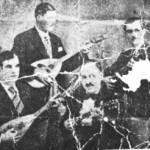 Αυθεντική φωτογραφία του Μάρκου Βαμβακάρη. Είναι στα 1934, στου Σαραντόπουλου. Όρθιοι: Ο Μάρκος Βαμβακάρης και ο Ανέστης. Καθιστοί: Στράτος και Μπάτης.