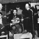 Ο Κ.Παπαδόπουλος (μπουζούκι), Δ.Δασκαλάκης (κιθ.), Γ.Ροβερτάκης (πιάνο), Μπουχράμ Αλτιμπακιάν (βιολί) και ο Μπάτης με τον μπαγλαμά του (1952).