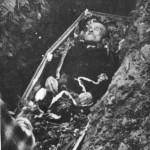 Ο Μπάτης λίγο πριν ταφεί. Στα χέρια του έχουν απιθώσει τον αγαπημένο του μπαγλαμά που έφτιαξε ο Τσακιριάν.