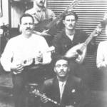 Ο Γιώργος Μπάτης μπροστά στο καφενείο του με την παρέα του το 1933.