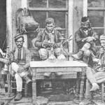 Αρναούτηδες χαμάληδες σε κάποιο καφενείο της Θεσσαλονίκης το 1890.