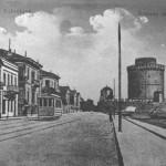 Ο Λευκός Πύργος έχει γίνει το σύμβολο της Θεσσαλονίκης, λόγω της θέσης του και όχι της ιστορίας του. Είναι χτισμένος μετά το 1430, μετά την κατάληψη της Θεσσαλονίκης από τους τούρκους, από βενετσάνους τεχνικούς. Η φωτογραφία πρέπει να είναι των αρχών του αιώνα. Τα γύρω από το Λευκό Πύργο τείχη κατεδαφίστηκαν το 1904.