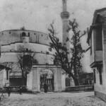 """Η Ροτόντα είναι ρωμαϊκό κτίσμα της εποχής της Τετραρχίας (4ος μ.Χ αιώνας) και πιθανώς προοριζόταν για μαυσωλείο του Μαξιμιλιανού Γαλέριου. Αργότερα καθιερώθηκε ως ναός των Αγίων Ασωμάτων ή Αρχαγγέλων και υπήρξε για καιρό μητρόπολη της Θεσσαλονίκης. Οι Τούρκοι, το 1591, μετέτρεψαν το κτίσμα σε τζαμί και το ονόμασας """"τζαμί Χορτάτς Εφέντη"""" και πρόσθεσαν φυσικά τον απαραίτητο μιναρέ. Σήμερα είναι ένα είδος βυζαντινού μουσείου. Μέσα στη Ροτόντα διασώζονται πολλά και περίφημα ψηφιδωτά. Ο λαός τη Ροτόντα, την ονομάζει Αγιο Γεώργιο."""