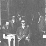 """Στο """"Μπαράκι"""" που συχνάζανε οι μουσικοί. Από τ'αριστερά: η γυναίκα του Χρυσίνη Ελπίδα, ο Ν.Ρενιέρης (ακορντεονίστας), ο Μπ.Μπακάλης, ο Χρυσίνης, ο Γιάννης Κυριαζής (στο βάθος) και τελευταίος καθιστός ο Ρουμελιώτης (τραγούδι - κιθάρα)."""
