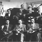 Τζιτζιφιές στα 1948. Το συγκρότημα του Καλαματιανού, μια από τις πιο φημισμένες ομάδες μουσικών, που έπαιξαν ποτέ μαζί. Ανάμεσα τους ο Μάρκος Βαμβακάρης και ο αδελφός του στ'αριστερά της κεντρικής σειράς και στη μπροστινή σειρά από τ'αριστερά προς τα δεξιά ο Κερομύτης, ο Χατζηχρήστος, ο Μητσάκης, ο Παπαϊωάννου και ο Μανισαλής.