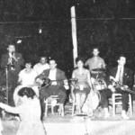 Θ.Δερβενιώτης (τρίτος από αριστ.), Καίτη Γκρέη, Γιαν.Καραμπεσίνης, Γιώργος Κοινούσης (ακορντεόν), Κ.Μάνεσης (τζαζ). Σε πανηγύρι στην Αγ.Παρασκευή το 1955.