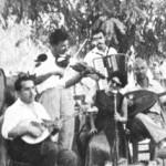 """""""Ενθύμιον 15 Αυγούστου, Στείρα ή Στούρα Ευβοίας, 1954. Πήραμε 3.500 εκατομμύρια"""". Αυτά γράφει πίσω η φωτογραφία. Πρώτος αριστερά ο Δερβενιώτης."""
