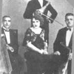 Η Ρόζα Εσκενάζη με τους μουσικούς της (κανονάκι, λύρα, ούτι).