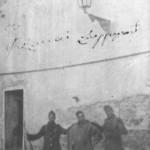 Ο Μάθεσης μαζί με 2 άλλους φαντάρους, φρουρεί τις φυλακές Συγκρού (17-1-1929)