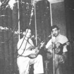 Ο Φώτης Χαλουλάκος (με το μπουζούκι) και ο Αλέκος Γκούβερης (με την κιθάρα), στη Λάρισα το 1949.
