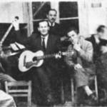 Ο Μιχάλης Γενίτσαρης με τον Σαμιωτάκη και τον Ροβερτάκη (όρθιος) στου Καλαματιανού στις Τζιτζιφιές, 1951.