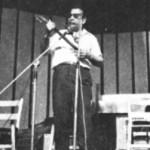 """Ο Μιχάλης Γενίτσαρης στη συναυλία στο """"Ρουαγιάλ"""", 1975."""
