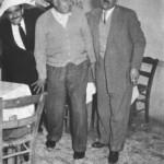 Ο μπουζουξής Λευτέρης Τσαγκάρης, ο Στράτος κι ο Γενίτσαρης χαριεντίζονται (1948).