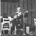"""Ο Μπαγιαντέρας στη Συναυλία στο """"Ρουαγιάλ"""". 1975. Στο βάθος ο Νίκος Λογοθέτης."""
