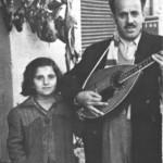 Ο Μπαγιαντέρας, τυφλός, όταν ζητιάνευε στην Καλλιθέα, οδηγούμενος από τις κόρες του (1954).