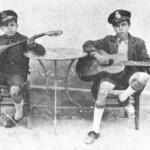 Από τα γεννοφάσκια του μπουζουξής. Με τον κούκο στο καπέλο, κοντό παντελονάκι και τον παλιόφιλο, που ακομπανιάρει. Ο Γουναρόπουλος (αριστερά) όταν ήταν 12 χρονών.