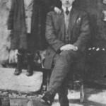 Ο Απ. Καλδάρας με τον πρώτο ξάδερφό του Μιχάλη. Ηταν αυτός που του χάρισε την πρώτη του κιθάρα (1929).