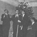 """Στου """"Θείου"""" (1945). """"Αυτοσχεδιασμοί"""". Από τ'αριστερά ο Σπ. Καλφόπουλος, ο Απ. Καλδάρας, ο τραγουδιστής Νέδας και ο Σπ. Αναγνώστου."""