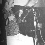"""Ο Γιώργος Κάρλας """"τρακαρισμένος"""", όταν τραγούδησε πρώτη φορά μπροστά στο μικρόφωνο (Μέθανα, 1979)."""