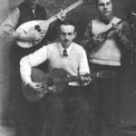 Ορθιοι: Ο Γεράσιμος Κλουβάτος (αριστερά) και ο Γιάννης Διαμαντάς από τη Λάρισα. Καθιστός ο Χρίστος Τσιτσάνης (μεγαλύτερος αδελφός του Βασίλη), εξαιρετικός μπουζουξής, κιθαρίστας και συνθέτης (Λαμία, 1942).