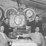 Μια παρέα στη ταβέρνα του Ρίκου, στην Ανω Κυψέλη (6-1-1959).