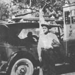 Ο Νίκος Μάθεσης (Νίκος ο Τρελλάκιας), γνωστός τύπος του Πειραιώτικου υποκόσμου, που πέθανε πρόσφατα. Ο Μάθεσης έγραψε κάμποσα ρεμπέτικα τραγούδια κι έχει τη φήμη πως σκότωσε τουλάχιστον έναν άνθρωπο. (Πειραιάς 1928).