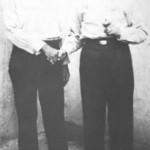 Οι ξακουστοί νταήδες του Πειραιώς Γκίκας Μενιδιάτης και Βαγγέλης Βετούλης. Κατά πάσα πιθανότητα, αμφότεροι ήσανε αρβανίτες. Εδώ εικονίζονται στην αυλή της φυλακής Σιγκρού το 1933. Και οι δυο τους δε φοράνε ούτε γραβάτα. μήτε κολάρο καθώς το απαιτούσε η κουτσαβάκικη παράδοση.