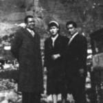 Ο Μήτσος Παπασίκας με τη γυναίκα του και τον Μπάμπη Μπακάλη στην Καλαμπάκα (1952).