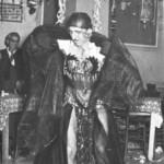 Ο Παπαϊωάννου, ντυμένος γυναικεία, χορεύει τσιφτετέλι στην Κοκκινιά.