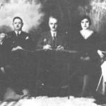 Από τ'αριστερά: Ο Μπάμπης (βιολί), ο Αντώνης Σφαέλος ή Σεϊρλής (τραγουδιστής), ο Ευθύμιος Σελέπης (σαντούρι), η γυναίκα του Χρύσα (τραγουδίστρια) και ο Βαγγέλης Παπάζογλου (κιθάρα). Στο καφενείο - μπυραρία του Τσελαλίδη, στη γέφυρα της Κοκκινιάς (1933).