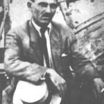 Λίγο μετά την καταστροφή. Ο Βαγγέλης Παπάζογλου φαίνεται γερασμένος. Και όμως είναι μόνο 28 ετών (1923).