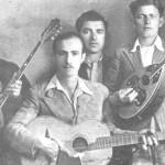 Με την κιθάρα ο Μήτσος Μακαρόνας. Στη μέση ο Ποτοσίδης (δεν κρατάει όργανο).
