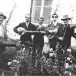 Ο Παλαιολόγος, ο Λαύκας, ο Κορακός, ο Γιώργος ο κιθαρίστας, ο Βαγγέλης ο ναύτης κι ο Ρούκουνας, σε κάποιο πανηγύρι (1952).