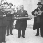 Σαντουριόβολα σε κάποιο πανηγύρι, του 1955. Αυτός με τη κιθάρα είναι ο Ρούκουνας.