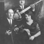 Ο Μήτσος Σέμσης (βιολί), ο Αγάπιος Τομπούλης (ταμπούρ) και η Ρόζα Εσκενάζι (ντέφι), όταν τραγουδούσαν στον Ταύγετο το 1932.
