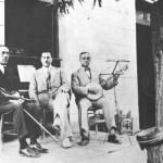 Ο Σέμσης, ο Αγγελος ο πιανίστας κι ο Νταλγκάς στο πάλκο ενός εξοχικού κέντρου της Αγ. Παρασκευής Αττικής, το 1930.