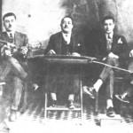 Νίκος Συρίγος ή Σαντορινιός (βιολί), Μιχάλης Σκουλούδης (μαντολίνο), Γιώργος Πετρίδης (σαντούρι), ο τότε διάσημος τραγουδιστής Κώστας Νούρος και ο Στελάκης Περπινιάδης (τραγούδι, κιθάρα). Φωτογραφία του 1928.
