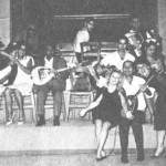 Ο Κούλης Σκαρπέλης ανάμεσα σε δυό τραγουδίστριες. Πρώτος αριστερά ο Δομένικος, γυιός του Μάρκου Βαμβακάρη.