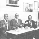 Από τ'αριστερά: Θανάσης Αθανασίου, Κούλης Σκαρπέλης, Σπύρος Καλφόπουλος, Παν.Πετσάς, λίγο πριν φύγουν για συναυλίες στη Γερμανία. Δίπλα τους η συγγραφέας και μουσικός Γκαίηλ Χολστ (1978).