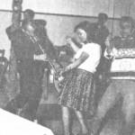 Ο Σκαρπέλης με το μπουζούκι στα πόδια της κοπέλας για να χορέψει τσιφτετέλι.