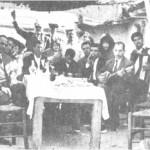 Καθαρή Δευτέρα 1953. Ο Σκαρπέλης, με σύντροφο έναν ακορντεονίστα, διασκεδάζει με τους φίλους του.