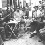 Ο Γιοβάν Τσαούς (σάζι) και δίπλα του ο Μάθεσης στην αγορά του Πειραιά (1937).