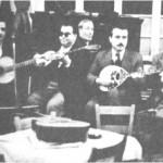 Από τ'αριστερά: Γιάννης Κυριαζής, Στ.Χρυσίνης, Πινόκιο (στο πιάνο), Πάνος Γαβαλάς, Ν.Μεϊμάρης.