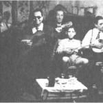 Από τ'αριστερά: Ν.Βούλγαρης, Στ.Χρυσίνης, Πινόκιο (στο πιάνο), ο μικρός Γιαννάκης Αγγέλου (φοράει ακόμα κοντά παντελονάκια).