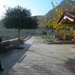 οδός Λεχαίου (κοιτώντας προς το ναό)