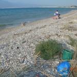 δίπλα στη θάλασσα, και τα σκουπίδια